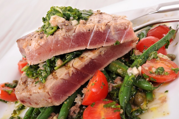 Seared tuna steak with green beans and cherry tomatoes Free Photo