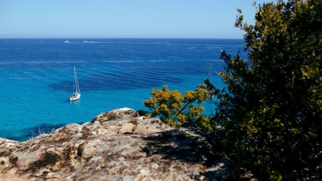 コルシカ島、フランス、山地平線背景の海。水平ビュー。 Premium写真