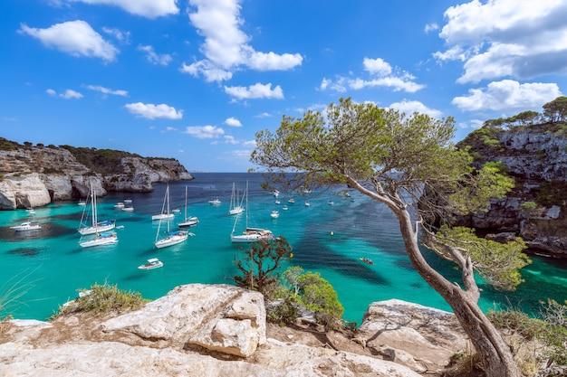Морской пейзаж самой красивой бухты острова менорка Premium Фотографии