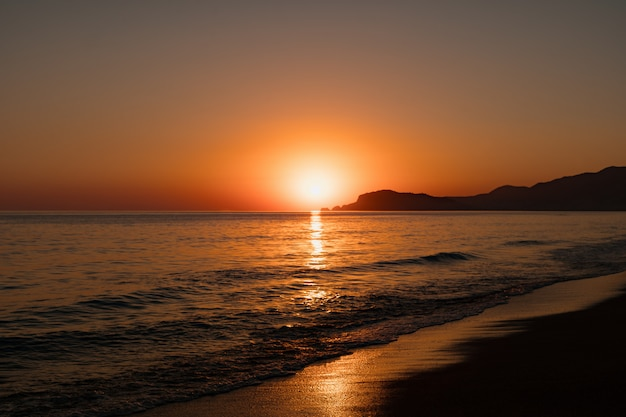 Seascape with clear sky and waves on sunset Free Photo