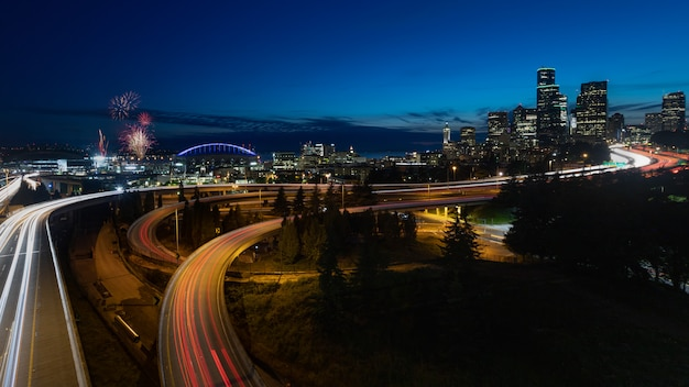 夜ワシントンでシアトルのスカイライン花火 Premium写真
