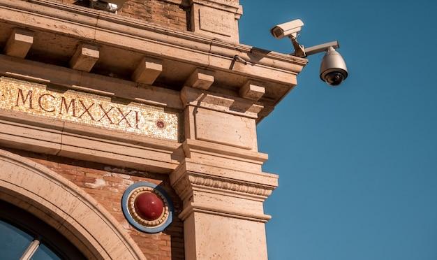 日光の下でバチカン美術館の屋外にあるセキュリティカメラ 無料写真