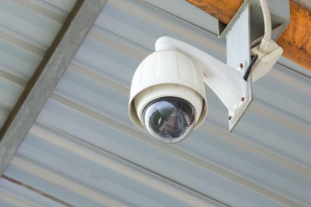 コンクリート壁のセキュリティcctvカメラ Premium写真