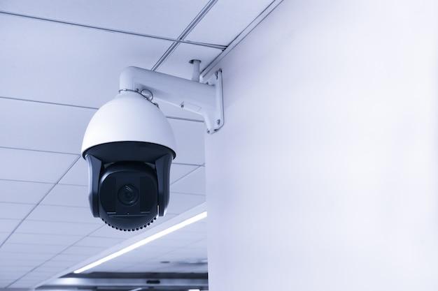 セキュリティcctvカメラまたは建物の監視システム、閉回路テレビ、壁に現代のcctvカメラ。 Premium写真