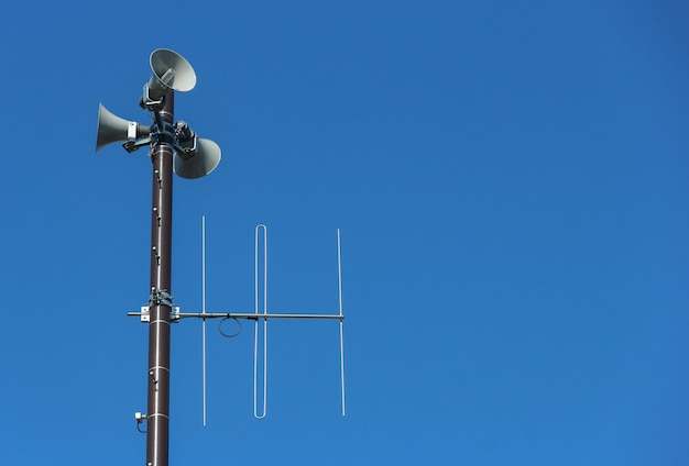 Security speakers tower for warning or announce with clear blue sky background Premium Photo