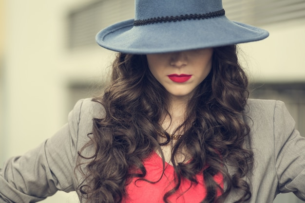 Wanita menggunakan topi menutupi rambut lepek dan berminyak