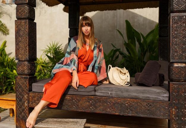 열 대 럭셔리 리조트에서 포즈를 취하는 보헤미안 여름 옷에 매혹적인 세련 된 여자. 휴가 개념. 무료 사진