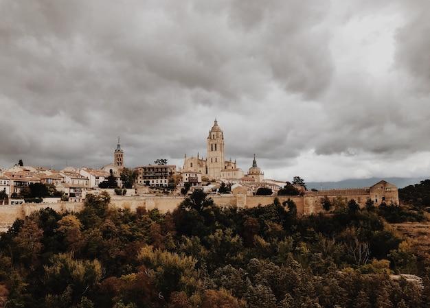 Сеговия, испания в бурный день Premium Фотографии