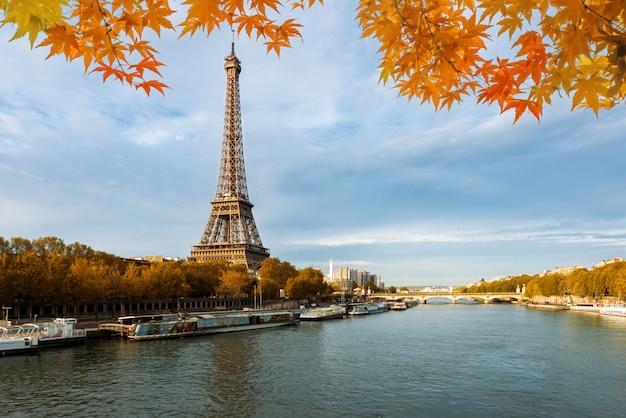 Seine in paris with eiffel tower in autumn season in paris, france. Premium Photo