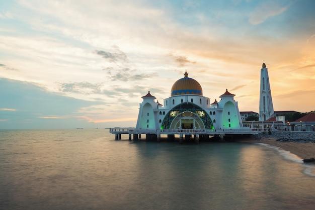マレーシア、マラッカ州のマラッカ海峡モスク(selat melaka mosque)。 Premium写真