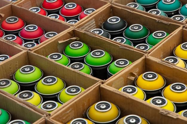 Подборка баллончиков с краской для граффити разных цветов в картонных коробках Premium Фотографии