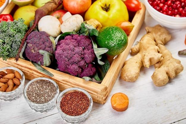 白い背景の上のスーパーフードの選択。自然食品 Premium写真