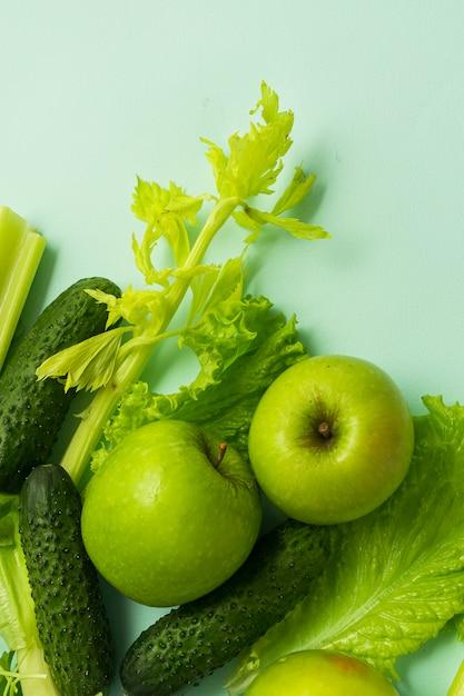 セレクティブフォーカス、デトックス栄養、野菜や果物の緑の食事。青色の背景に天然物 Premium写真