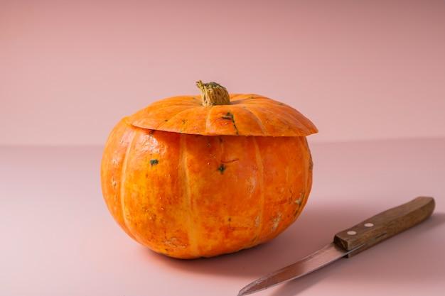 Выборочный фокус. тыква на хэллоуин. инструкция по вырезанию лица из тыквы Premium Фотографии