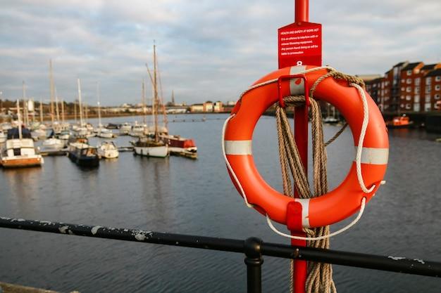 Messa a fuoco selettiva di un anello salvagente in una barca a vela Foto Gratuite