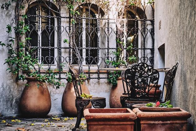 프랑스의 창문 근처 의자의 선택적 초점 샷 무료 사진
