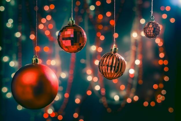크리스마스 장식품 및 장식의 선택적 초점 샷 무료 사진