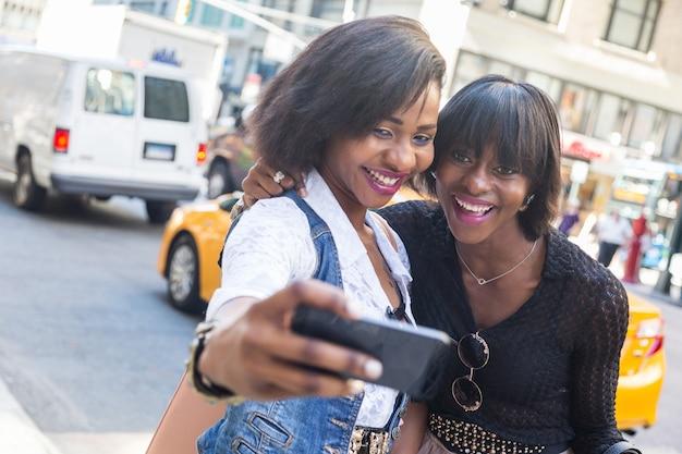 ニューヨークでselfieを取って2つの美しい黒人女性 Premium写真