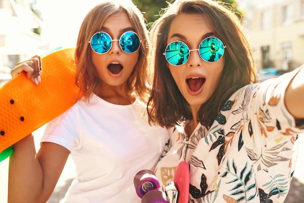 夏の晴れた日にselfie写真を撮る2人の若いモデル 無料写真