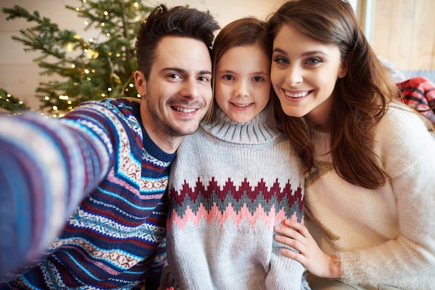 Selfie di famiglia che celebra il natale Foto Gratuite