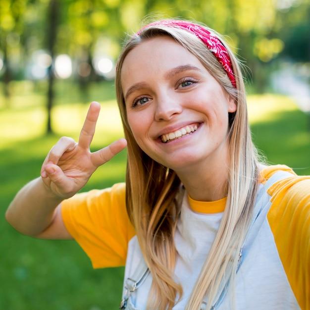 Selfie della donna di smiley all'aperto in natura Foto Gratuite