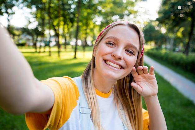 Selfie della donna di smiley all'aperto Foto Gratuite