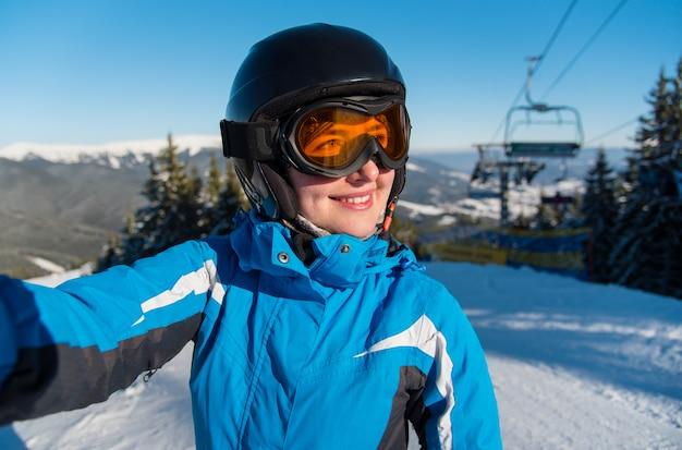 山でselfieを取ってスキーヤー Premium写真