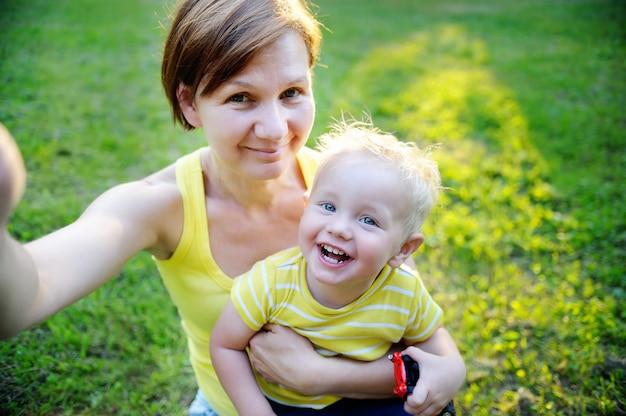 幸せな家族:中年女性とselfieを作る公園で彼女の愛らしい幼児の孫 Premium写真