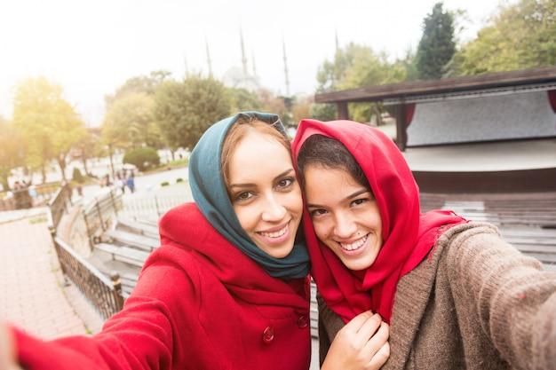 イスタンブールでselfieを取っているベールを着ているアラブ女性 Premium写真