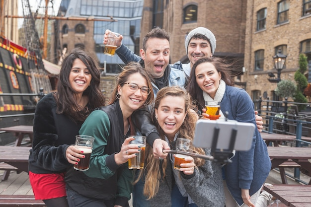 ロンドンのパブでselfieを取っている友人のグループ Premium写真