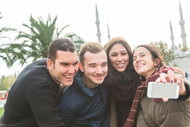 イスタンブールでselfieを取っているトルコ人の友人のグループ Premium写真