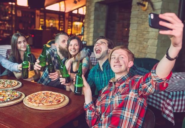 携帯電話のselfie写真グループの友人を使用する Premium写真