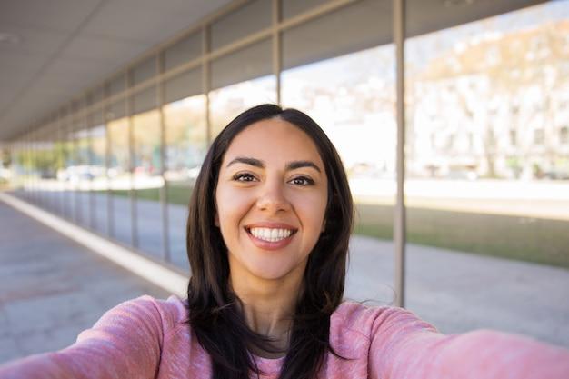 屋外selfie写真を撮る幸せな若い女 無料写真