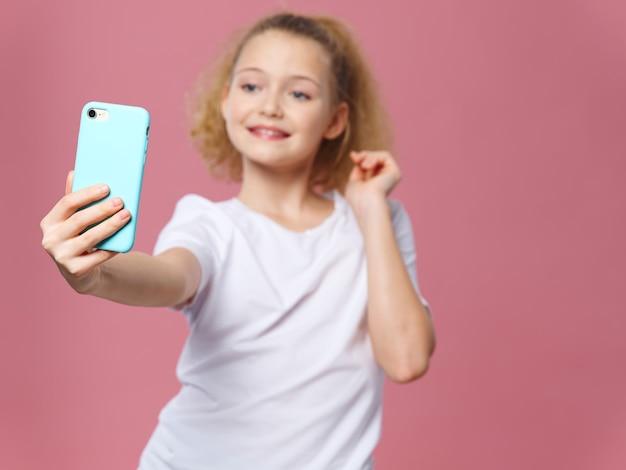スマートフォンでselfieを取っているかわいい女の子 Premium写真
