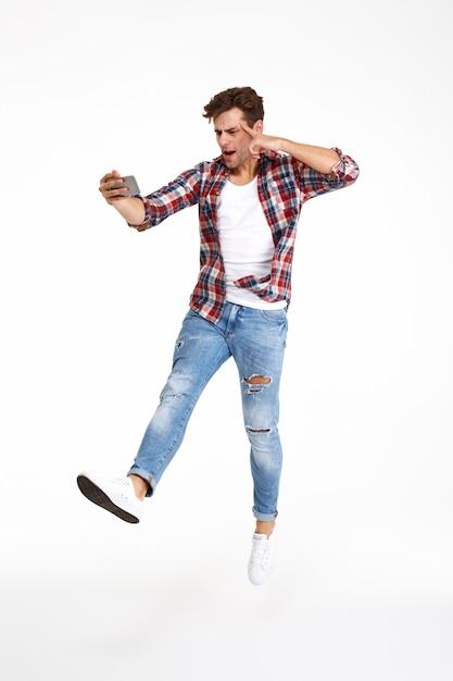 Selfieを取ってカジュアルな男の完全な長さの肖像画 無料写真