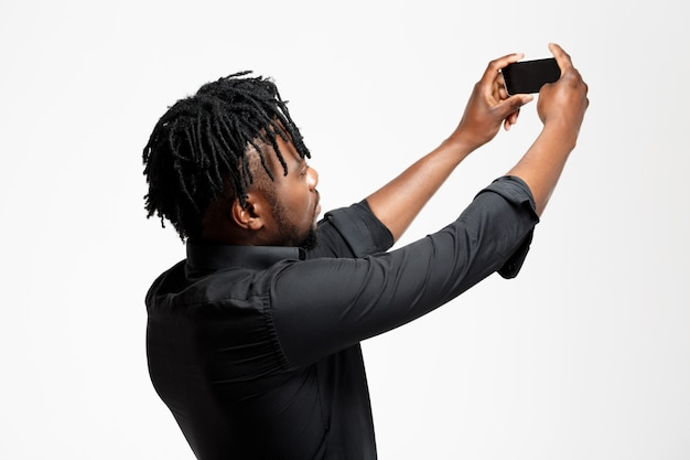 白のselfieを作る若い成功したアフリカの実業家。 無料写真