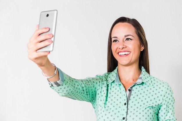 ビジネスの女性がオフィスでselfieを取って 無料写真