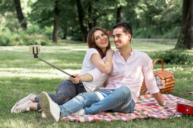 ピクニックでselfieを取って甘い恋人たち 無料写真