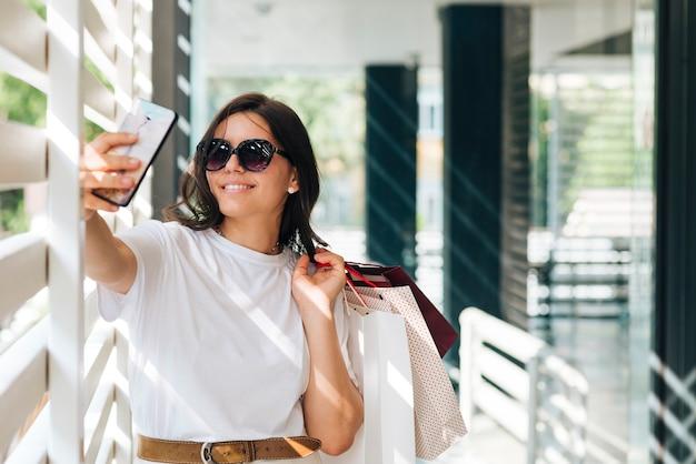 ミディアムショットの女性、selfieを取って 無料写真