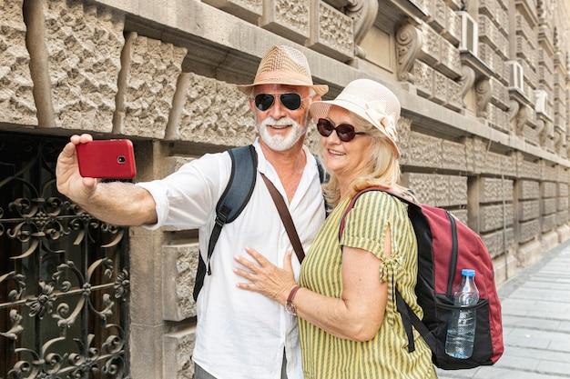 老夫婦の携帯電話でselfieを取る 無料写真