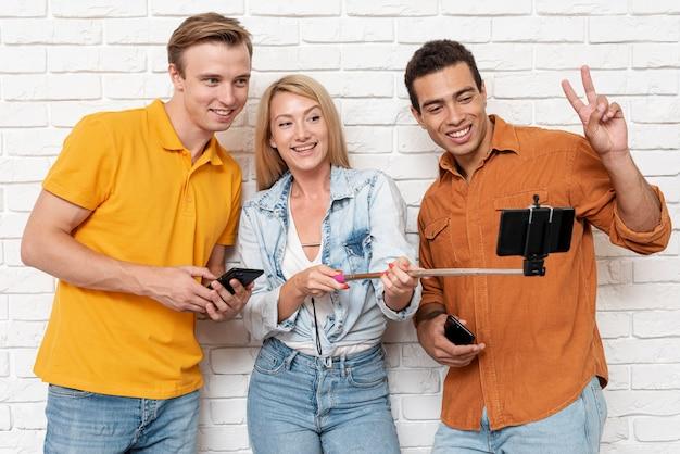 Selfieを取って友人のグループ 無料写真