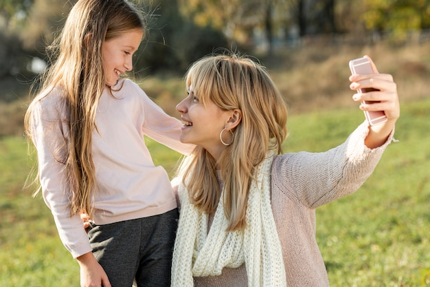 母と娘のselfieを取る 無料写真