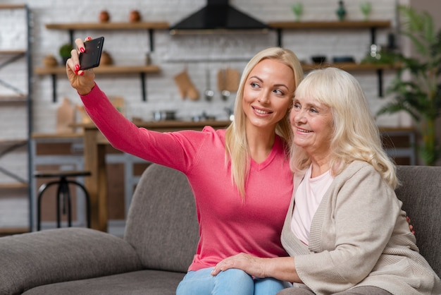 彼女の母親と一緒にselfieを取る娘 無料写真