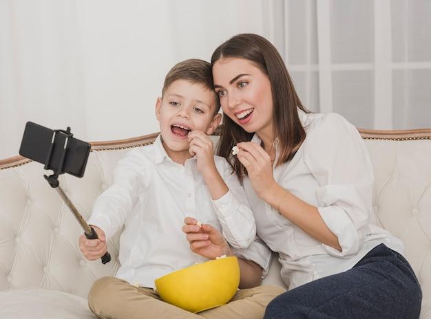 幸せな母と息子、selfieを取って 無料写真