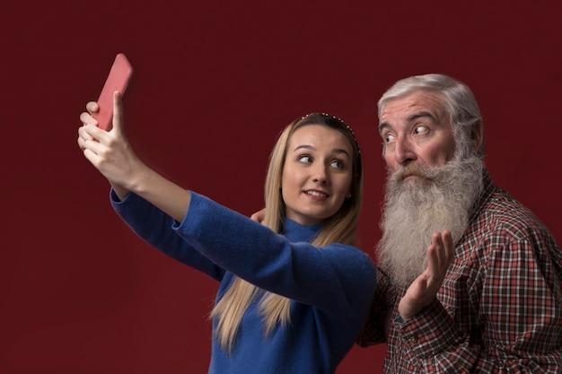 娘とパパ、selfieを取る 無料写真