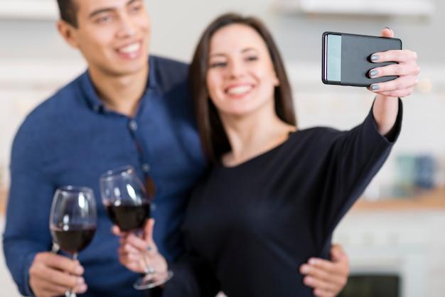 彼女の夫と、selfieを取る女性 無料写真