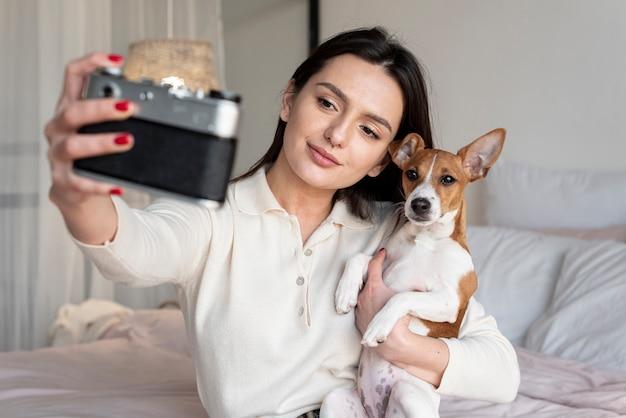 彼女と彼女の犬のselfieを取る女性 無料写真