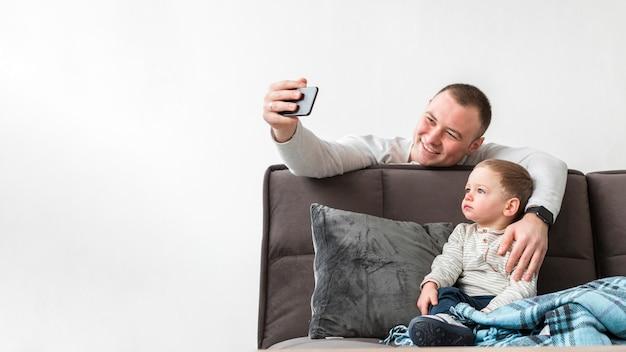 父は彼の赤ちゃんと一緒にselfieを取って 無料写真