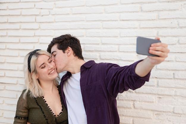 スマイリーカップル、selfieを取って 無料写真