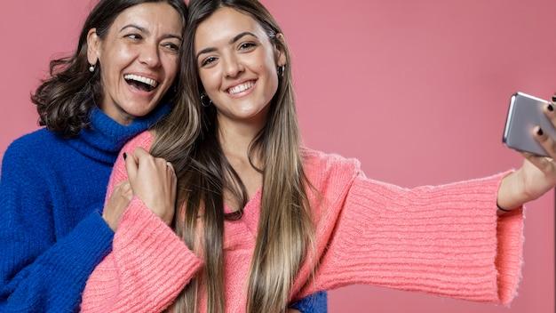 幸せな母と娘のselfieを取る 無料写真